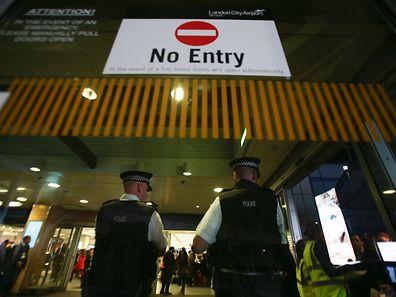 Die Polizei riegelte den Flughafen für rund drei Stunden ab.