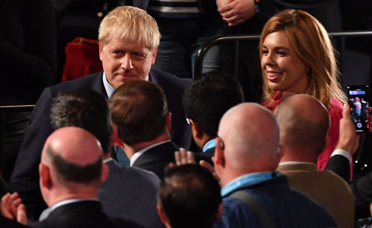 Boris Johnson verlässt mit seiner Partnerin  Carrie Symonds die Parteikonferenz.