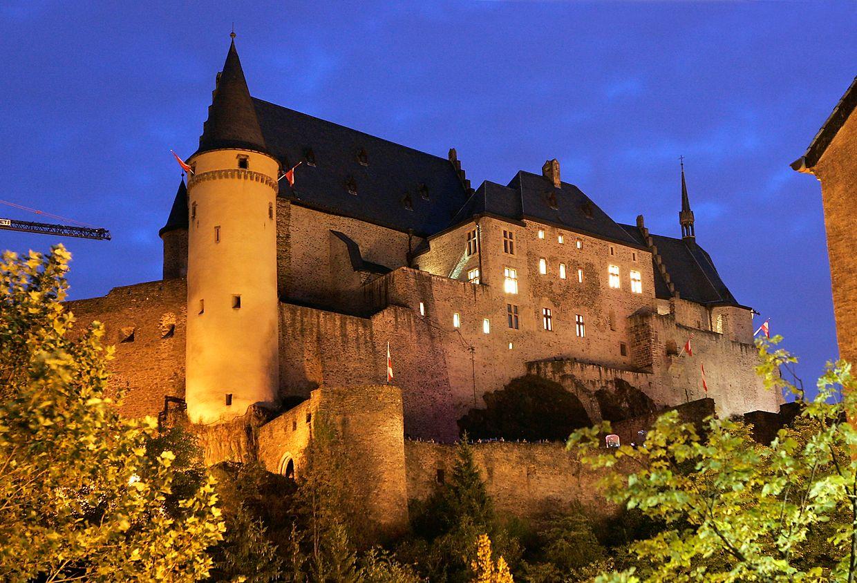 Das Schloss Vianden bei Nacht.