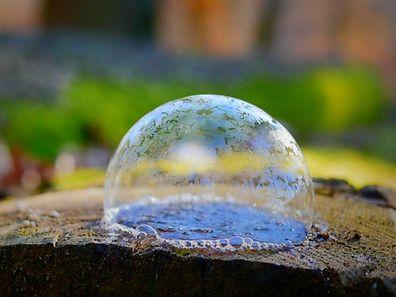 En quelques secondes à peine et par seulement -2°C des cristaux de glace apparaissent à la surface de la bulle posée sur le sol gelé du Zéisséngerbësch, la forêt de Cessange près de Leudelange.