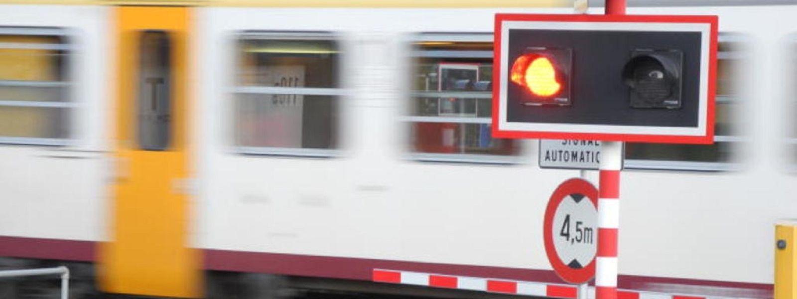 Eine rote Ampel und eine geschlossene Schranke hatten den Autofahrer nicht daran gehindert, über die Gleise zu fahren.