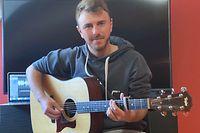 Andrea Galleti, Sänger und Gitarrist, versorgt seine Follower auf Facebook mit neu komponierten Liedern und Cover-songs - ies von seinem Wohnzimmer aus.