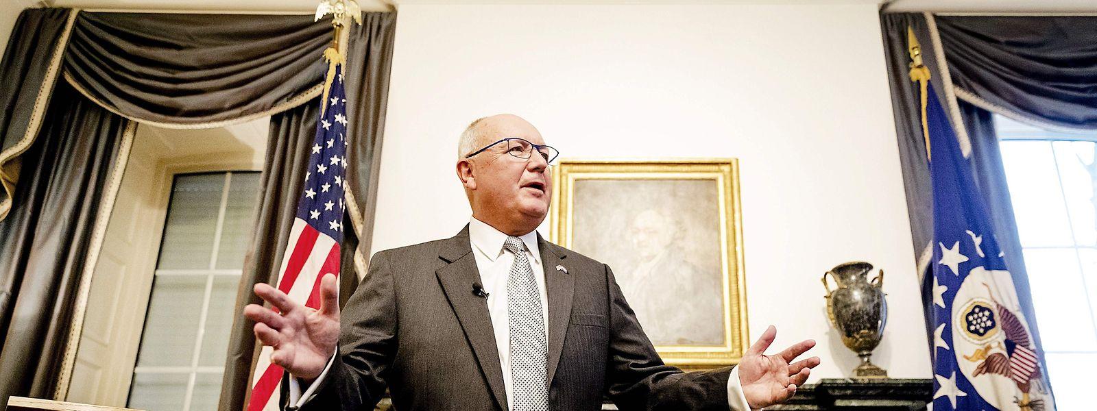 Peter Hoekstra vor dem Kamin in seiner Botschafterresidenz. Im Hintergrund die Worte seines Vorgängers John Adams, an denen ihn die niederländische Presse misst.
