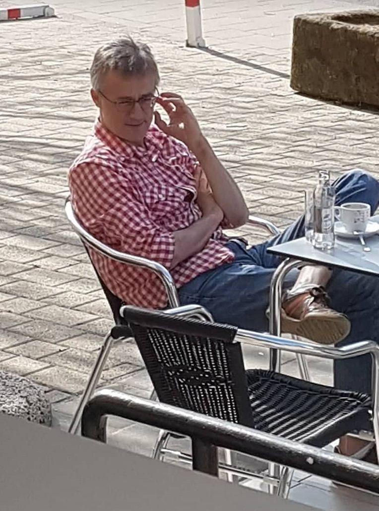 Felix Braz na esplanada do café Am Duerf, em abril de 2017.