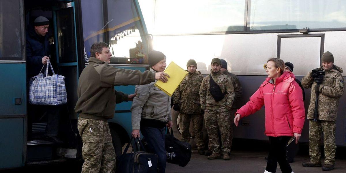 Am Frontübergang Majorsk kamen die Busse mit den freigelassenen Gefangenen an.