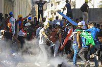 08.11.2019, Irak, Bagdad: Regierungsfeindliche Demonstranten stoßen mit Bereitschaftspolizisten in der Al Rasheed Street, in der Nähe des Tahrir-Platzes, zusammen. Im Irak kommt es seit Anfang Oktober zu Massenprotesten gegen die Regierung, der die Demonstranten die Verschwendung von Staatsgeld und Korruption vorwerfen. Insgesamt wurden bei den Protesten im Land bereits mehr als 260 Menschen getötet und mehr als 11.000 verletzt. Foto: Ameer Al Mohammedaw/dpa +++ dpa-Bildfunk +++