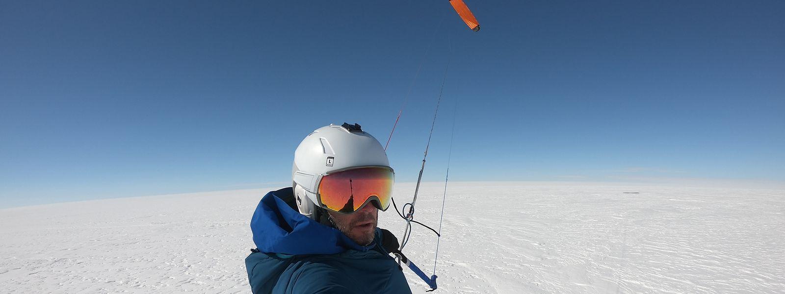 Patrick Peters mit seinem Kite an einem Bilderbuchtag. Von diesem ließ er sich über die endlose weiße Weite ziehen.