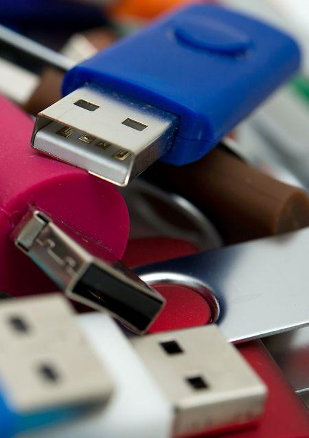 Besser ordentlich abmelden: Wer den USB-Stick vom Rechner abzieht, während dieser noch schreibt, riskiert seine Daten zu verlieren.