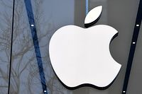 (FILES) This file photo taken on February 8, 2018 shows the logo of the US multinational technology company Apple on display on the facade of an Apple store in Brussels. - European judges are ruling on the EU decision on July 15, 2020 to order Apple to reimburse Ireland 13 billion in undue tax benefits. (Photo by Emmanuel DUNAND / AFP)