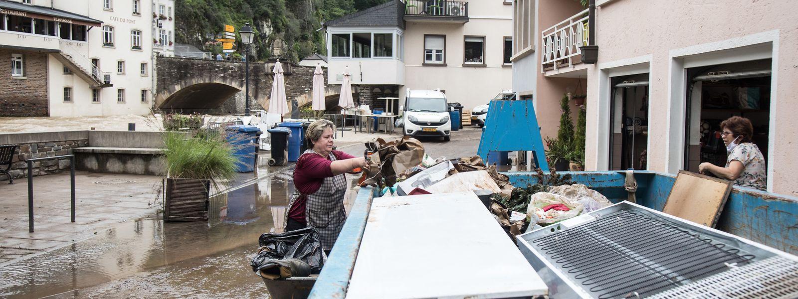 Família em VIanden, uma das cidades mais afetadas pelas inundações de 14 e 15 de julho.