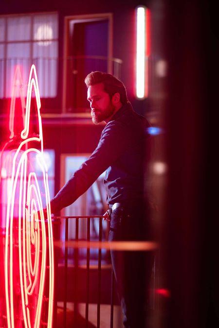 """Der mysteriöse """"Dunkle Mann"""" (Alexander Skarsgård) sorgt in """"The Stand"""" für Untergangsstimmung"""