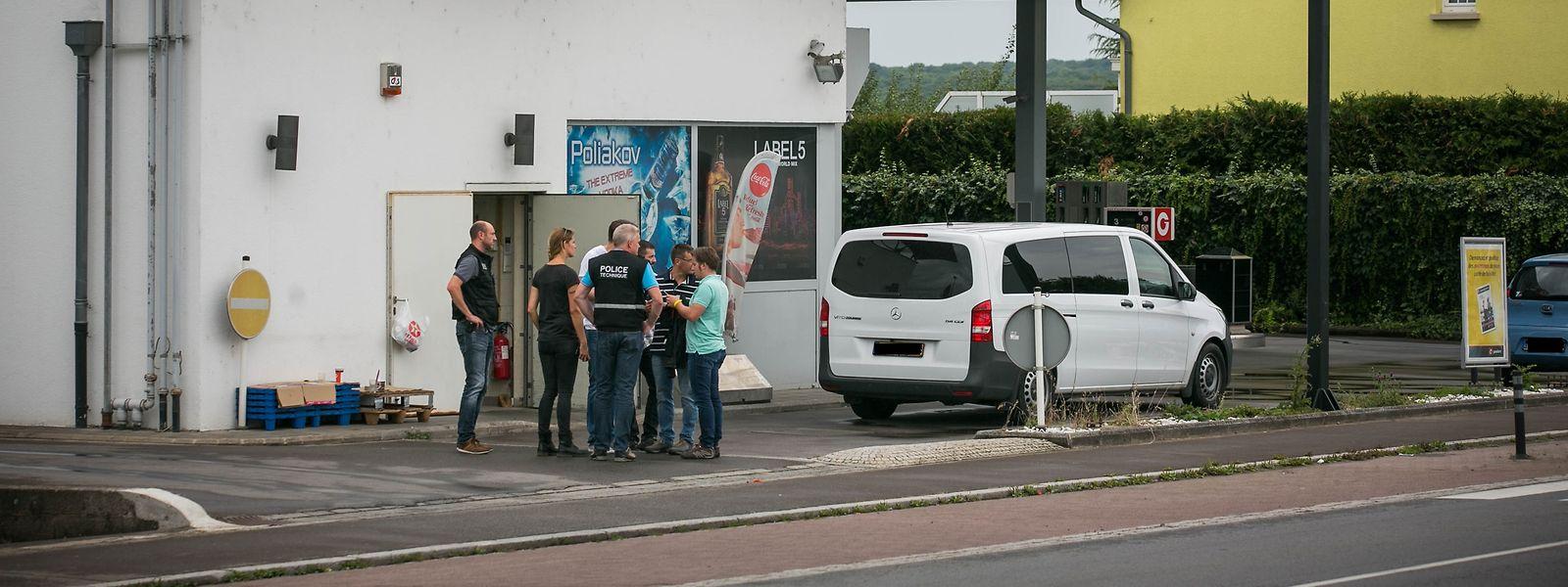 Am Morgen des 15. August 2017 wurde die Tankstelle in Frisingen von zwei Tätern überfallen. Ein Dritter wartete auf dem nahe liegenden Park&Ride-Parkplatz im Fluchtwagen.