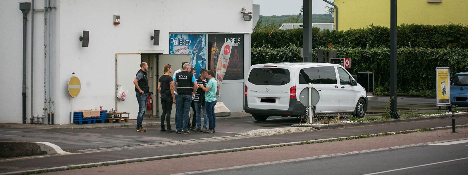 Am Morgen des 15. August 2017 sucht die Kriminalpolizei am Tatort nach Spuren.
