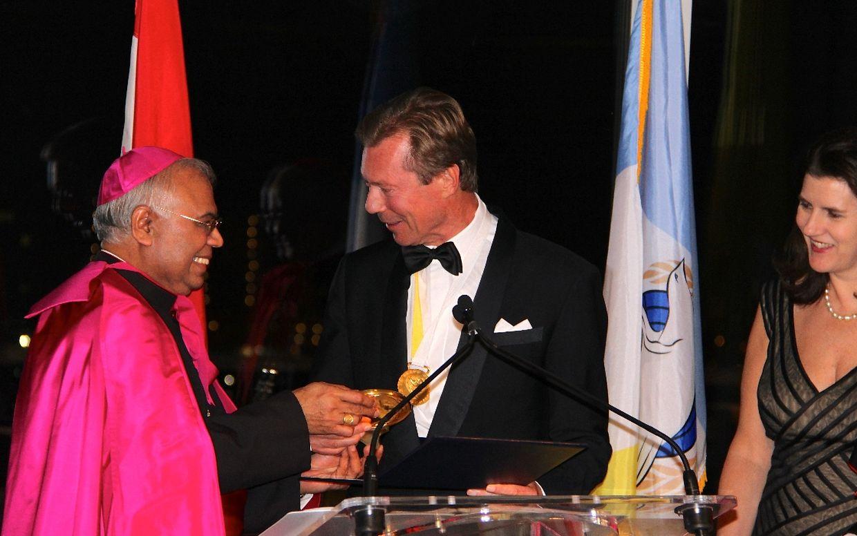 Erzbischof Francis Chullikatt überreicht den Friedenspreis.