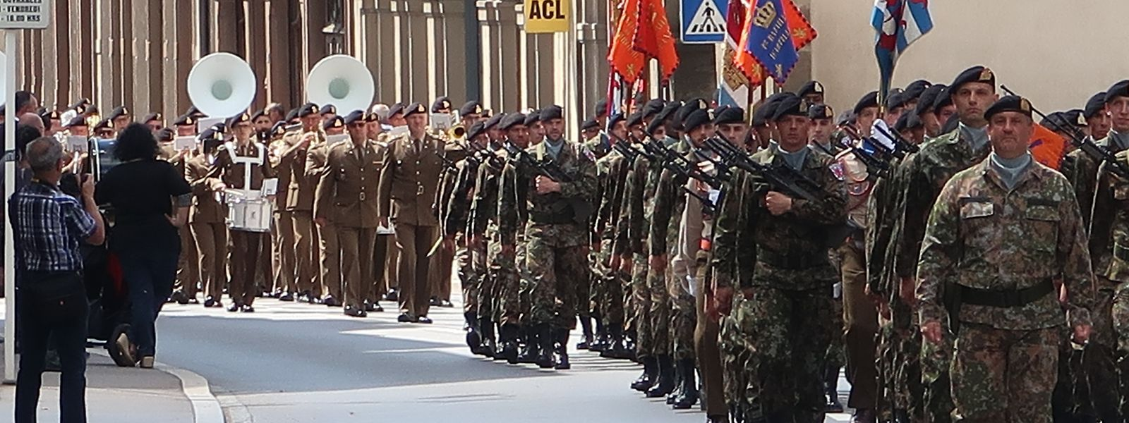 Militärparade in der Rue de Stavelot