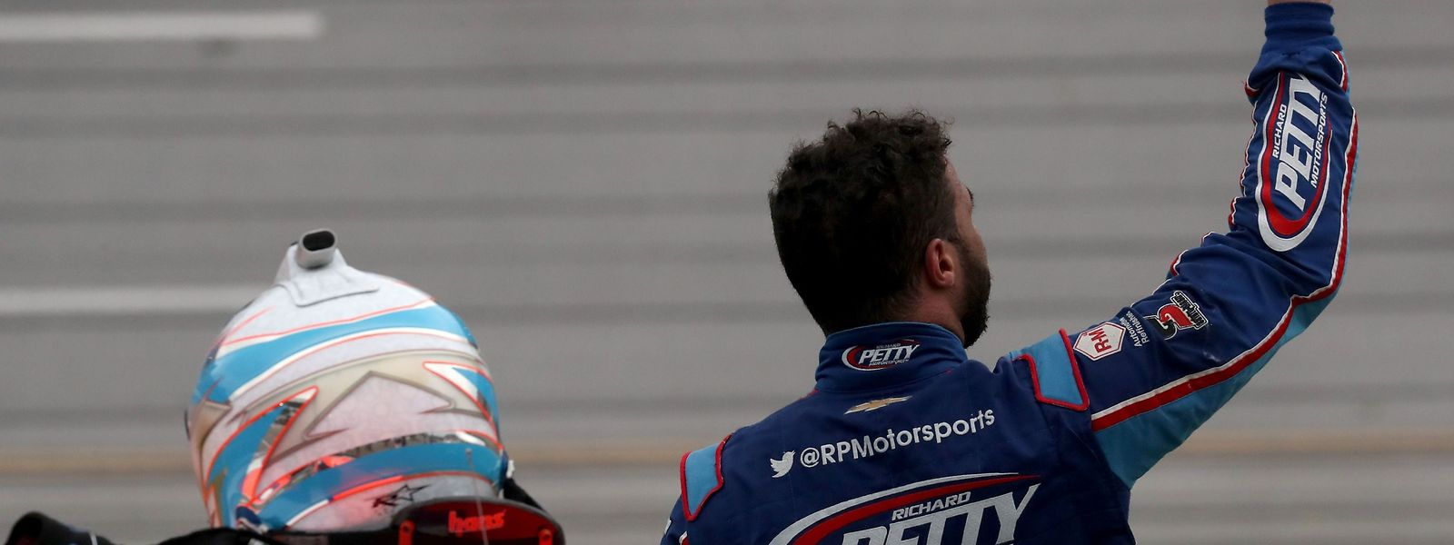 Nascar-Fahrer Bubba Wallace winkt nach dem NASCAR Cup Series GEICO 500 in Talladega Superspeedway Fans zu.