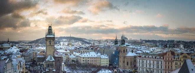 Herz der Prager Innenstadt: Auf dem Altstädter Ring laufen die verwinkelten Gassen des Zentrums zusammen. Viele Touristen starten auf dem Platz mit ihrer Tour durch die Metropole. In der Adventszeit findet hier der beliebte Weihnachtsmarkt statt.