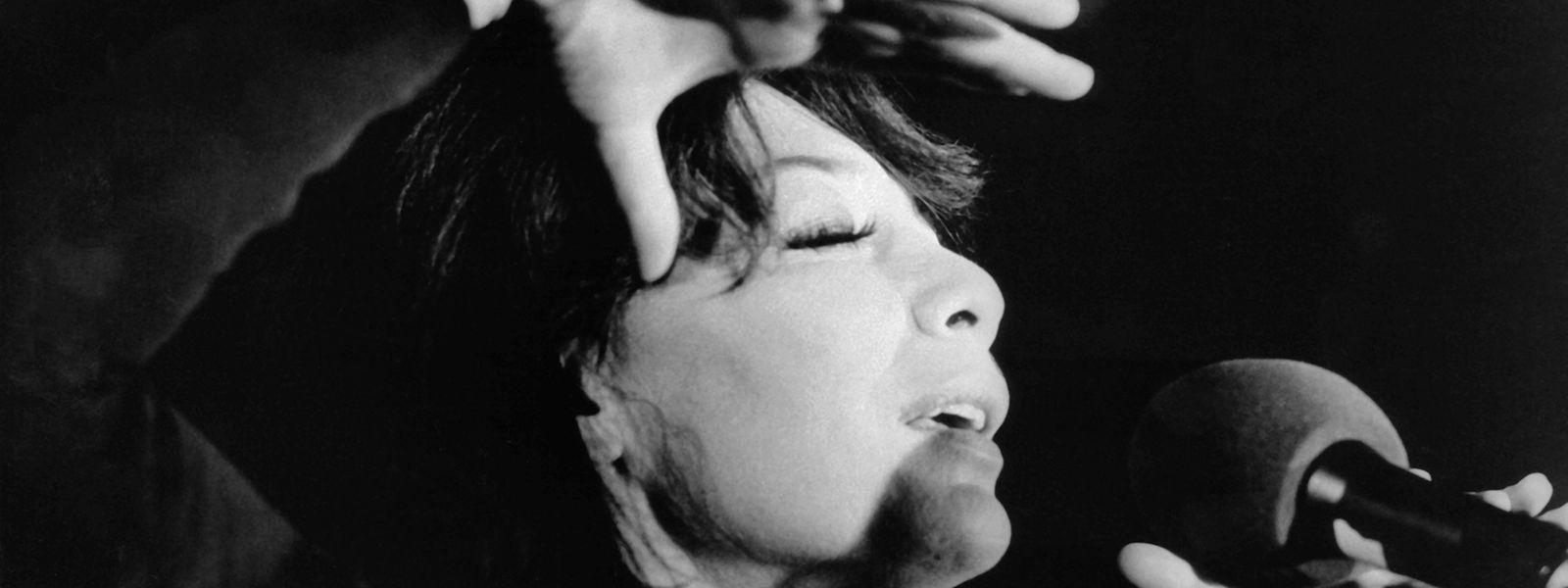 10.10.1973, Köln: Die französische Sängerin und Schauspielerin Juliette Gréco, aufgenommen während eines Auftritts am 10. Oktober 1973 in der Kölner Sporthalle.