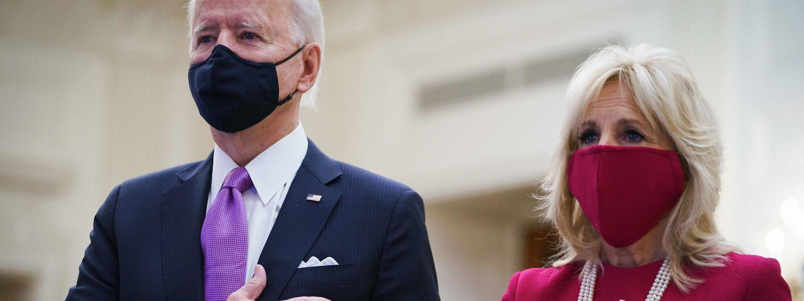 US-Präsident Joe Biden und die neue First Lady Jill Biden hören bei der Amtseinführung der Nationalhymne zu.