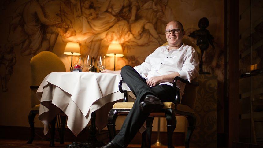 "Yann Castano dans la salle de son restaurant ""Oro e Argento""."