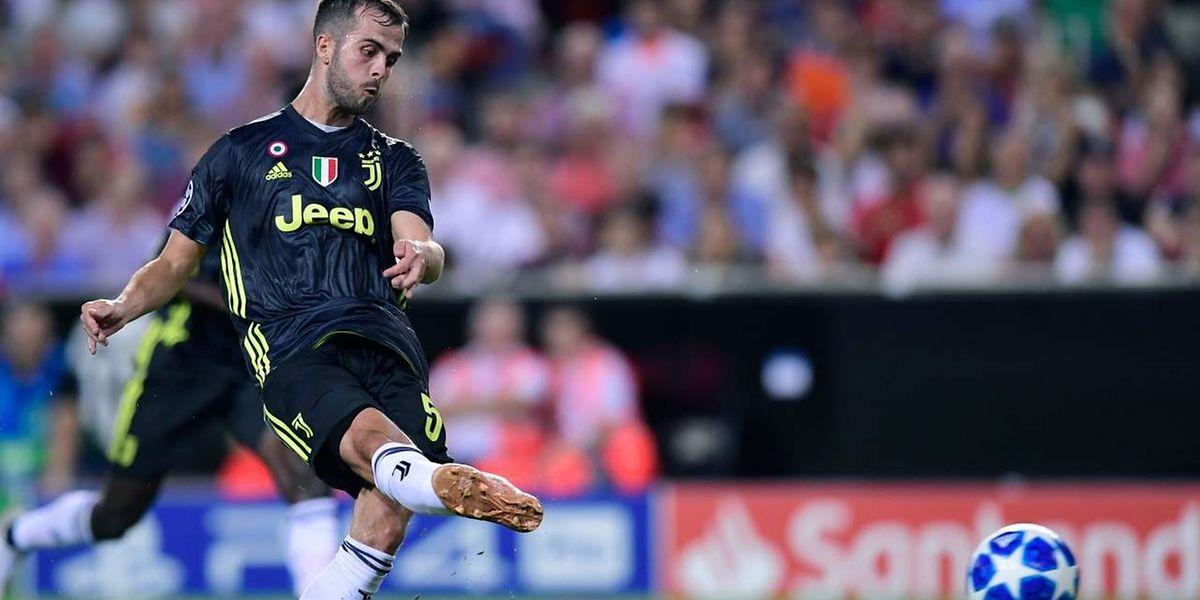 Miralem Pjanic ouvre son pied droit pour inscrire un but sur penalty. Puis un second un peu plus tard.