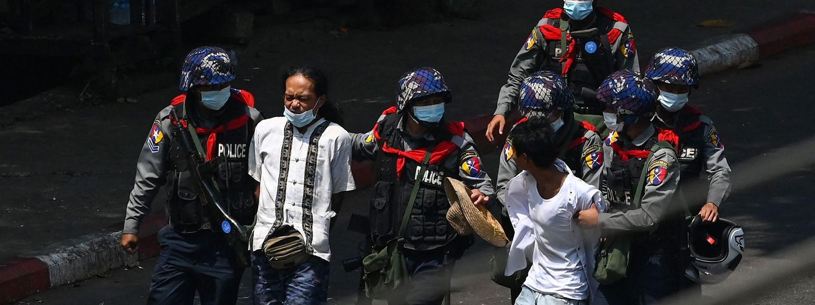 Nicht nur am Tag, sondern auch in der Nacht, werden Demonstranten von Myanmars Sicherheitskräften verschleppt.