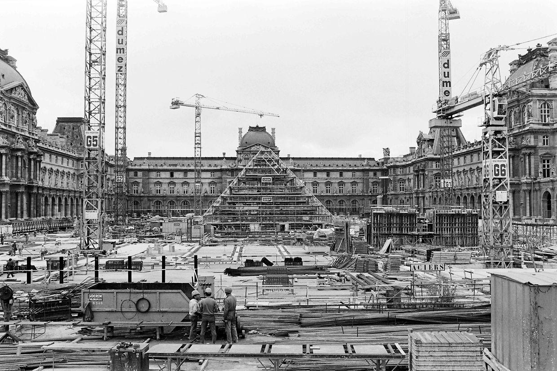 Le 7 août 1987 la pyramide est en construction.