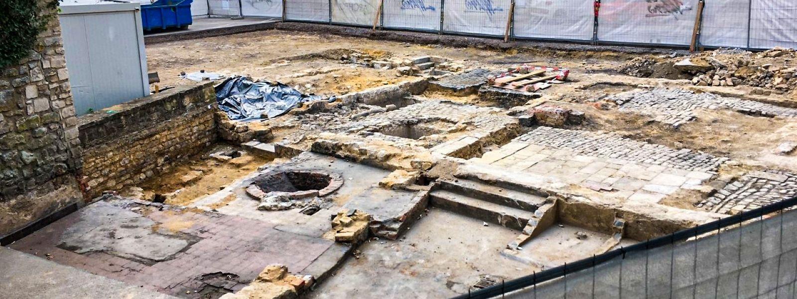 Les ouvriers ont découvert des vestiges de l'église Saint-Ulric, datant de 1083, et du mur de la ville, construit autour du XIVème ou du XVème siècle.