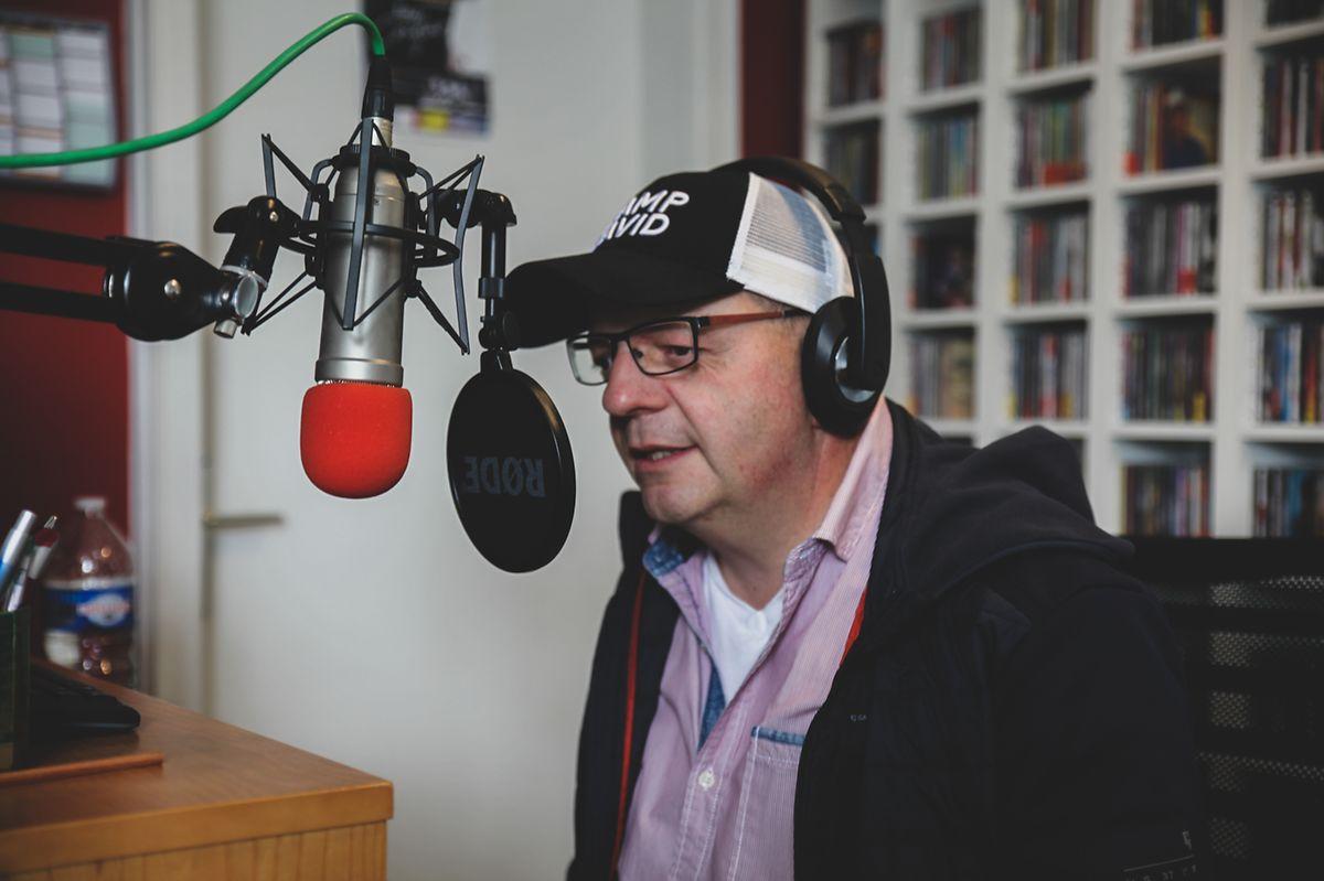 O luxemburguês Georges Schmitz ao microfone da rádio Aktiv.