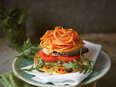 Auch ein Burgerbun lässt sich aus spiralisiertem Gemüse zaubern - wie hier für den Auberginen-Burger mit einem Bun aus Süßkartoffel.