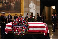 Members of the military stand at attention as the remains of former US President George H. W. Bush lie in state in the US Capitol's rotunda December 3, 2018 in Washington, DC. - The body of the late former President George H.W. Bush travelled from Houston to Washington, where he will lie in state at the US Capitol through Wednesday morning. Bush, who died on November 30, will return to Houston for his funeral on Thursday. (Photo by Mandel NGAN / AFP)
