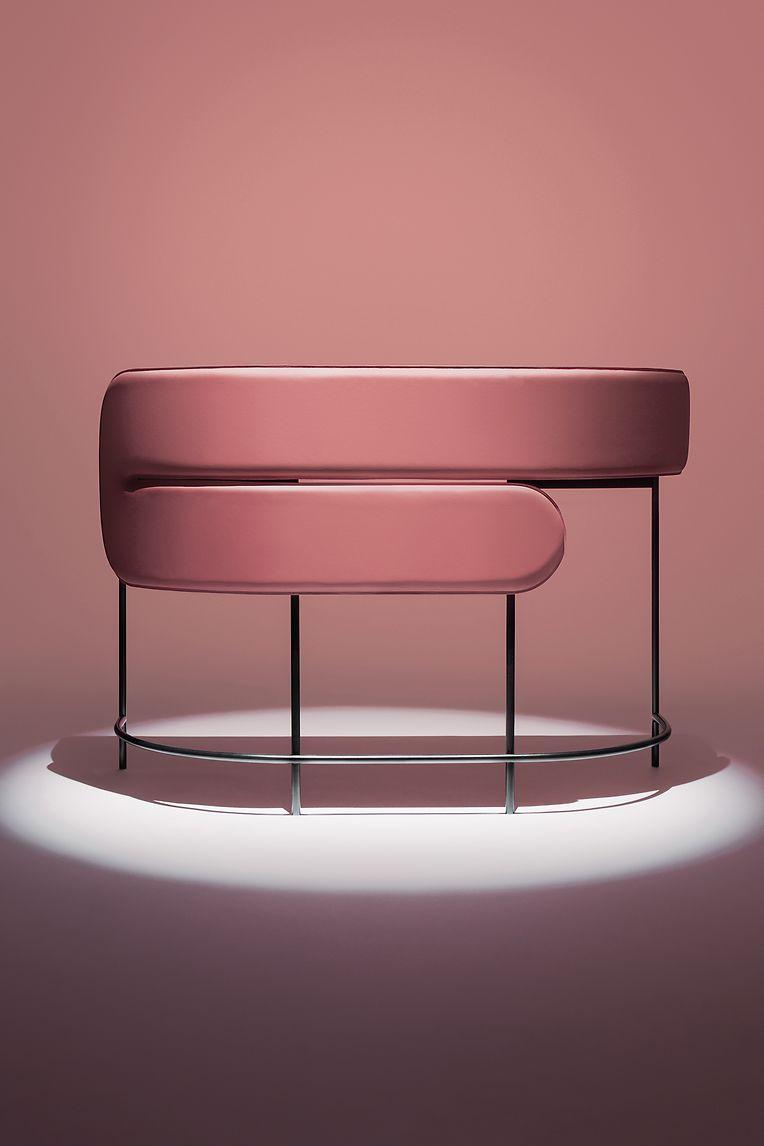 """Der Schreibtisch namens """"Myself + I"""" von Garth Roberts für das Label Dante Goods and Bads ist halb oval gestaltet und weich mit Leder gepolstert. Eine Blende fungiert als Sichtschutz."""