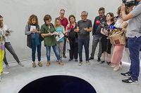 Anish Kapoor erklärt Journalisten seine Installation. Rechts neben ihm steht Suzanne Cotter, die neue Direktorin des Mudam.