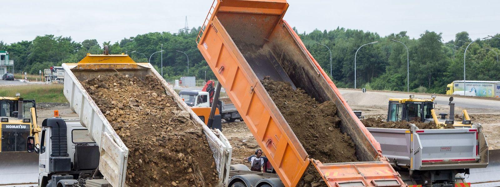 Ist die Rede von Bauschutt, denken viele gleich an giftige Materialien. Dabei sind mehr als 90 Prozent Erde. Sobald diese auf dem Lastwagen liegt, wird sie offiziell zu Abfall (déchets inertes).