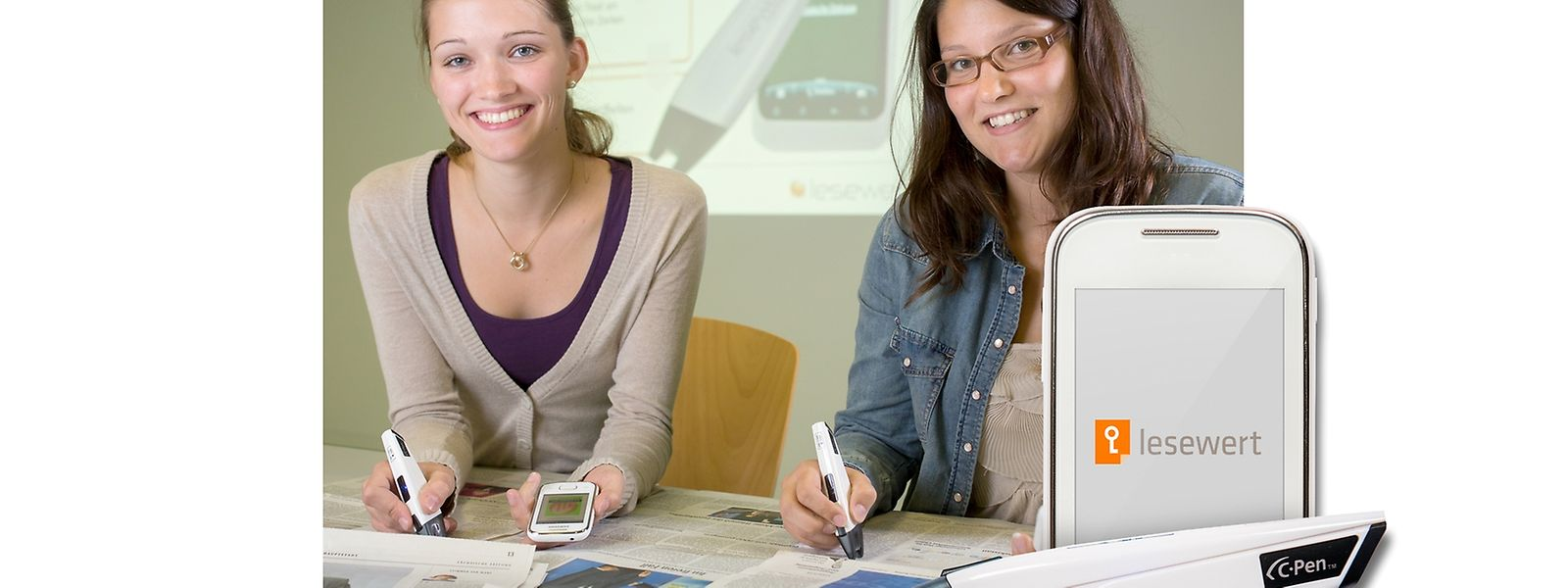 """Mit dem Stift wird die Zeile gescannt. Die Daten werden gespeichert und mit Hilfe eines zur Verfügung gestellten Mobiltelefons an die Redaktion des """"Luxemburger Wort"""" übertragen."""