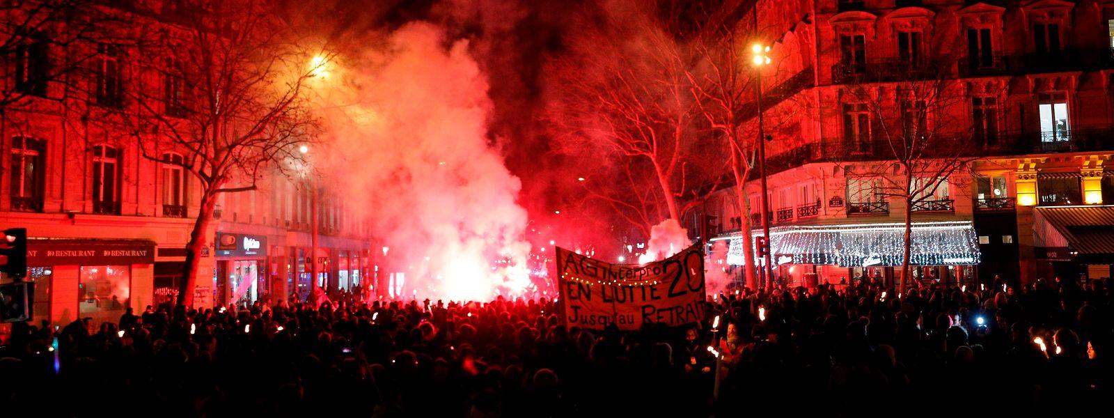 Am Donnerstagabend zogen Tausende Menschen mit Fackeln und Laternen durch Paris, um gegen die Reform zu demonstrieren.