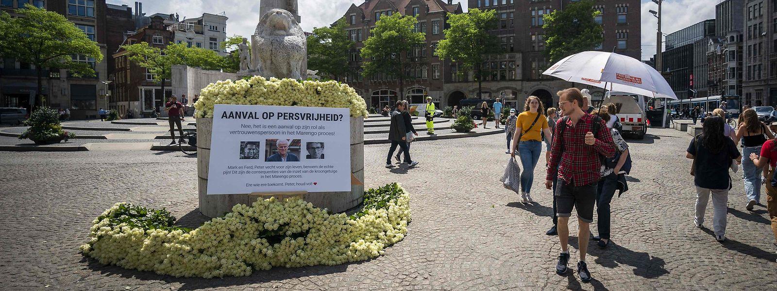 A praça Dam, no centro de Amesterdão, onde está o monumento improvisado ao famoso repórter criminal holandês que foi baleado na rua durante o dia, a 7 de julho.