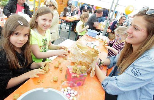"""Na Segunda-feira de Páscoa, na festa do """"Emaischen"""" em Nospelt, as crianças podem aprender a fazer os tradicionais passarocos de assobiar, os """"Peckvillecher"""""""