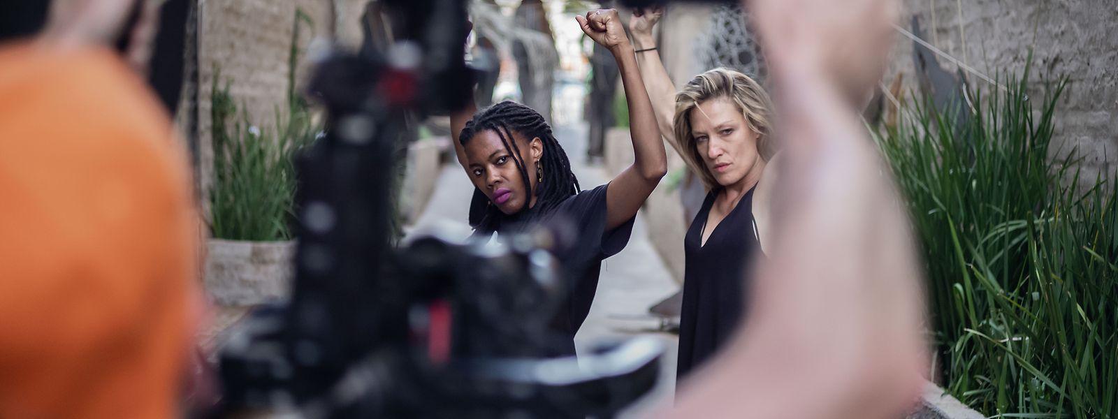 In den neuen Folgen für Arte besucht Sylvia Camarda (r.) afrikanische Tanzspezialisten, hier zum Beispiel Thandazile Sonia Radebe (l.) in den Gassen von Johannesburg.