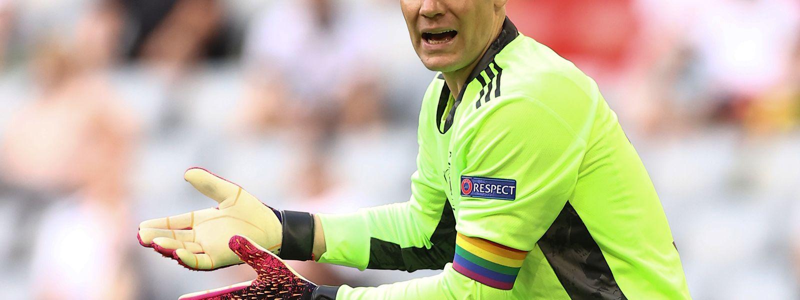 Farbe bekannt: Deutschlands Kapitän Manuel Neuer mit Regenbogenarmbinde.