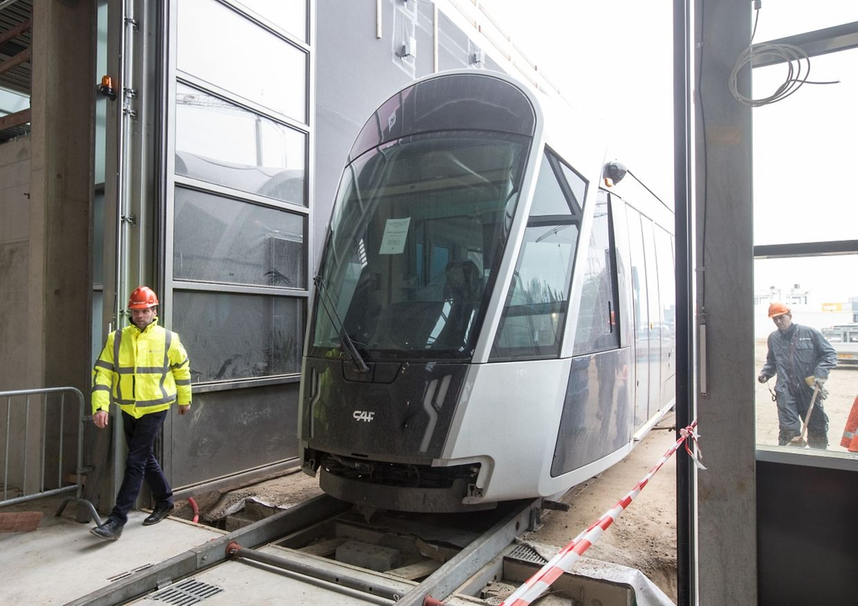 Hier fährt das erste Tram-Stück im neuen Tramdepot ein.