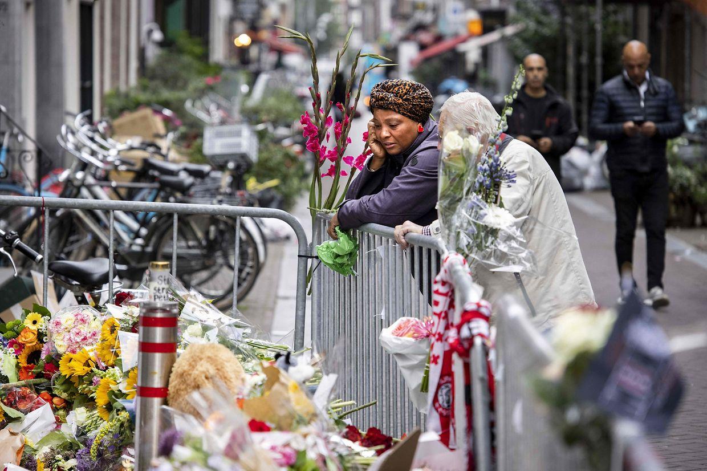 Die Niederlande nehmen Abschied von einem ihrer bekanntesten Reporter. Peter de Vries starb nach einem Anschlag auf offener Straße in Amsterdam.