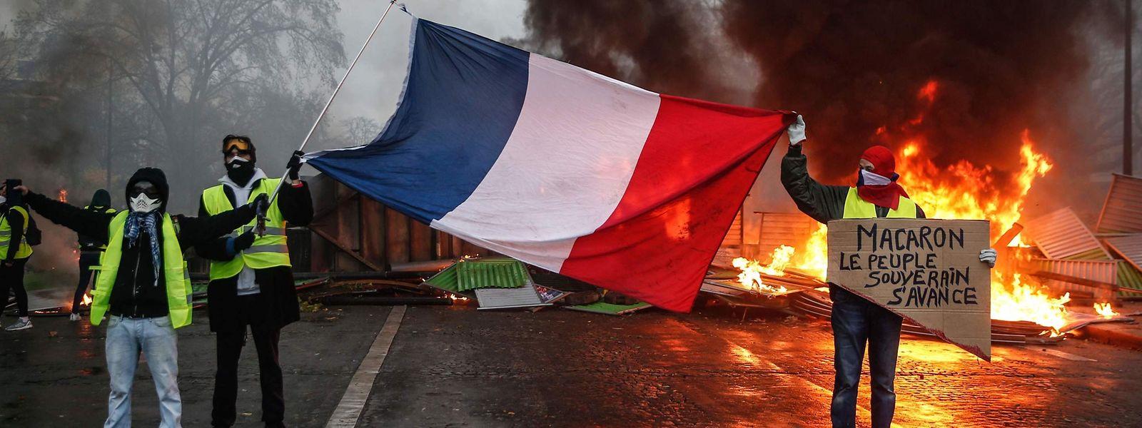 """Protestierende mit den sogenannten """"gilets jaunes"""" am Samstag in Paris."""