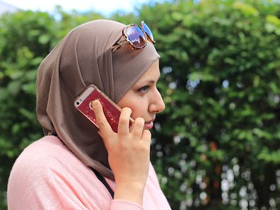 Hiba, a refugee from Syria, faced problems getting a mobile phone contract.