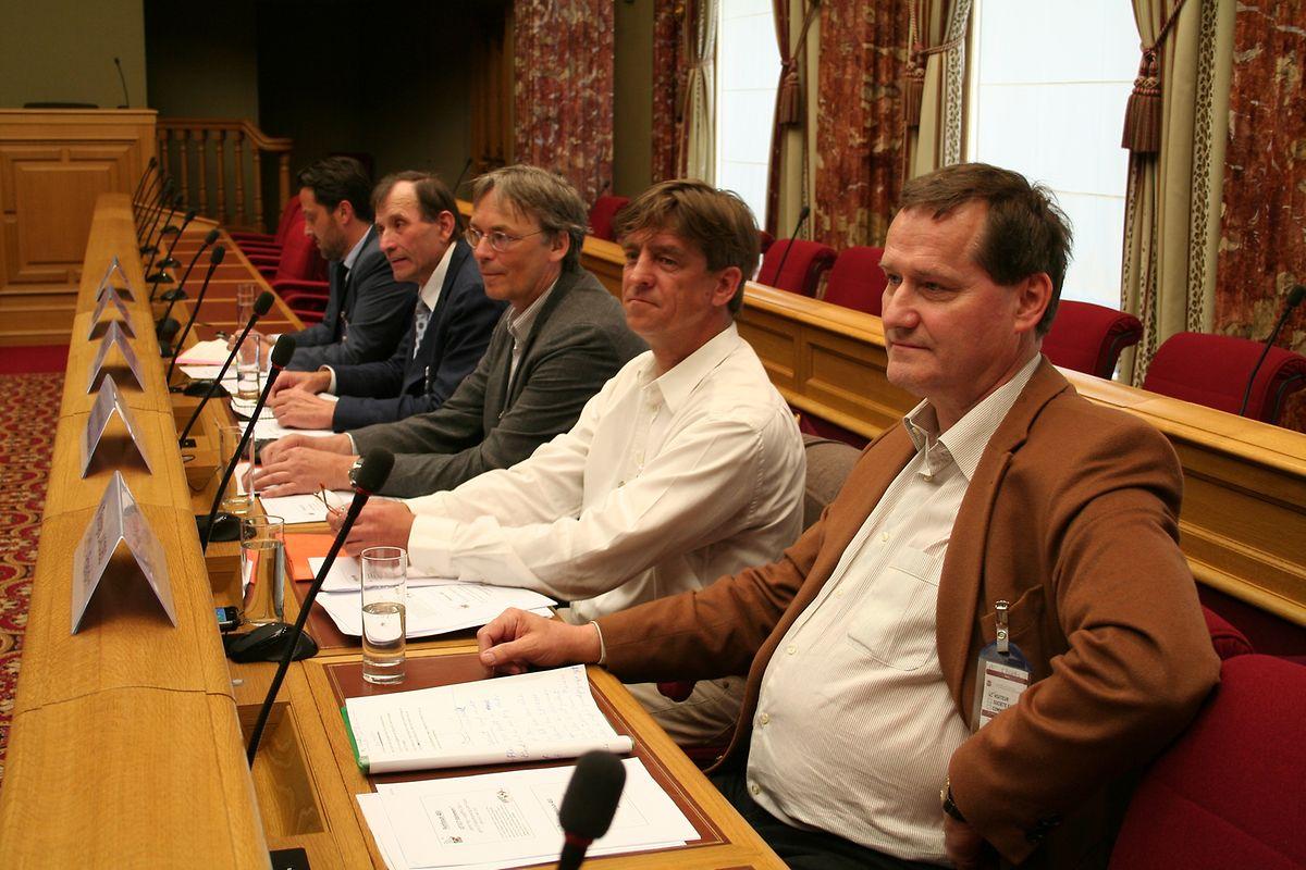Die Vertreter der Jäger: Ganz vorne sitzt Präsident Georges Jacobs, neben ihm Generalsekretär Hendrik Kühne.
