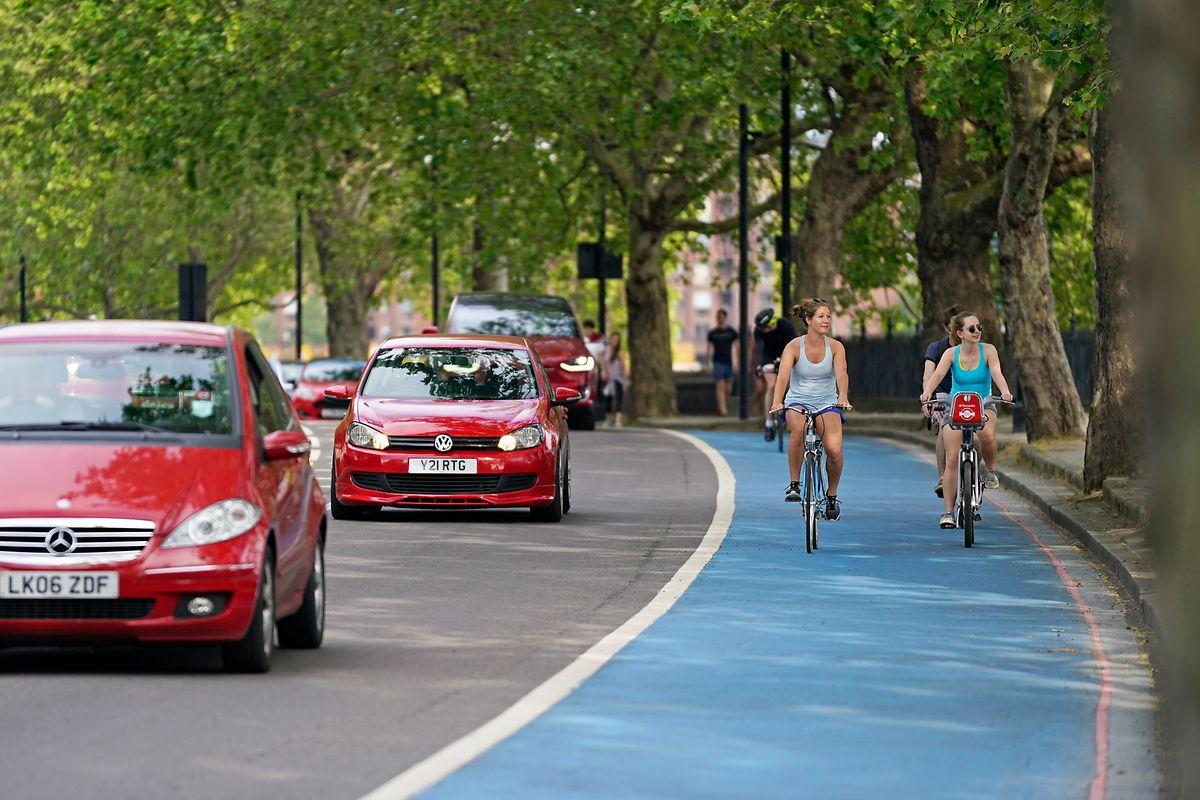 Auch ein bisschen Farbe tut es manchmal: Radfahrer fahren auf einem der neuen Londoner Fahrradwege, nachdem die britische Regierung während der Corona-Pandemie in neue Infrastruktur investiert hat.