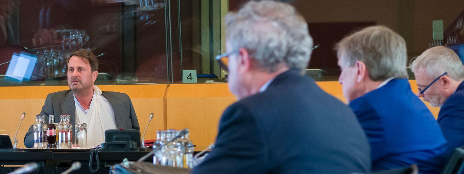 Le Premier ministre était entouré de six ministres pour cette rencontre sous haute tension.