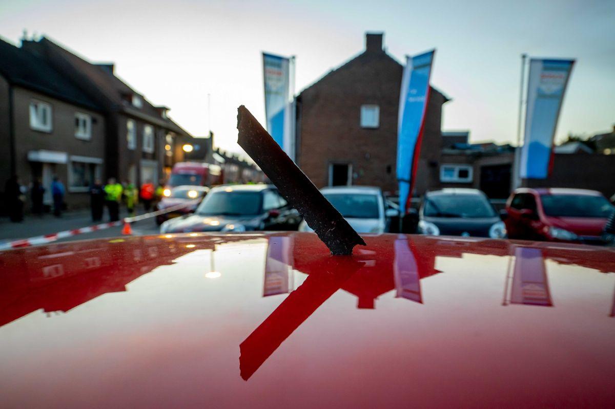 Niederlande, Meerssen: Ein Metallteil eines Flugzeugmotors steckt in einem Autodach. Herabstürzende Flugzeugteile einer Boeing haben in den Niederlanden zwei Menschen verletzt.