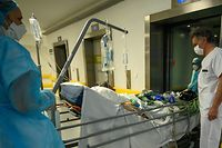 A patient infected with COVID-19 is transferred back to intensive care from an especially created Post Resuscitation Unit (Unité Post Réanimation Respiratoire) after his condition went worse on April 17, 2020 at the Emile Muller hospital in Mulhouse, eastern France, as France is on the 32nd day of a strict lockdown aimed at curbing the spread of the COVID-19 pandemic caused by the novel coronavirus. (Photo by PATRICK HERTZOG / AFP)