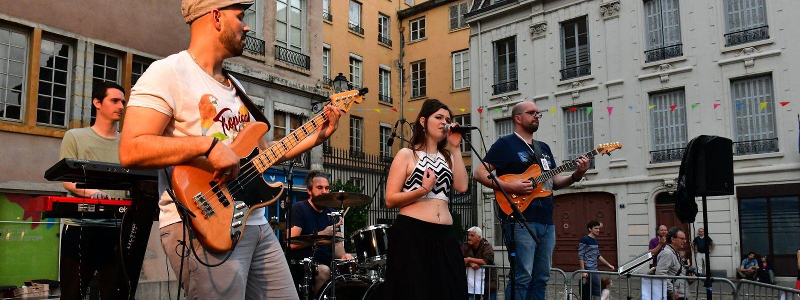 En France, berceau de cet évènement, seuls les concerts officiels ou organisés par des bars et restaurants seront autorisés.